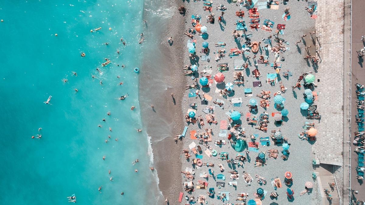 Zonnende mensen aan het strand